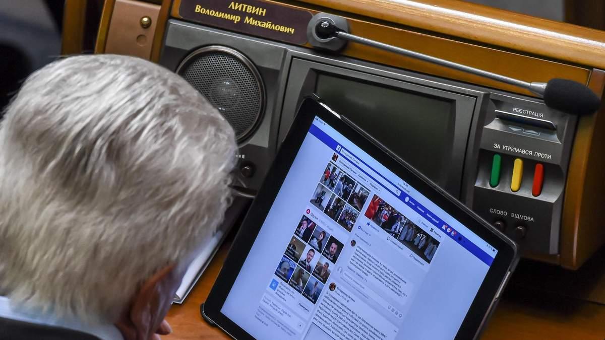 """Литвин лайкает себе фото в Facebook с """"левой"""" страницы"""