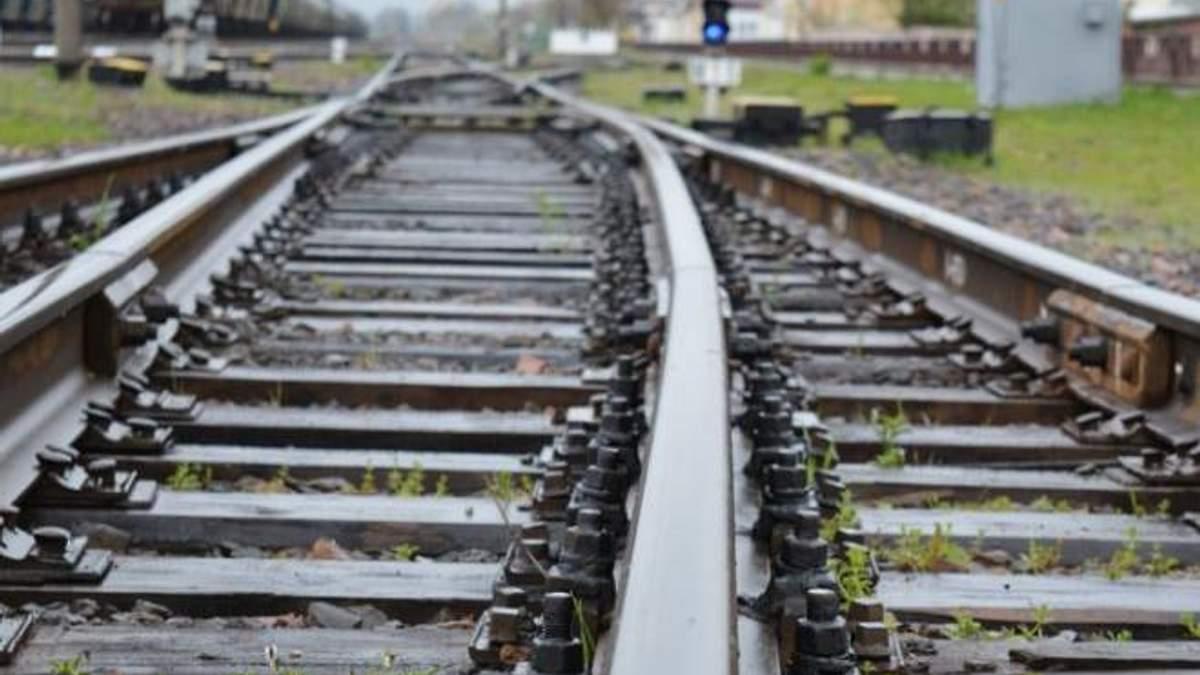 Львовская область: грузовой поезд насмерть сбил человека