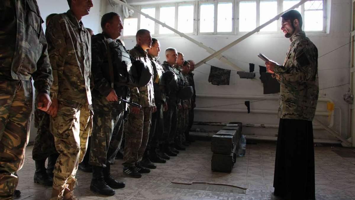 Владимир Беспалый проводит утреннюю молитву в военной части в Старобельске
