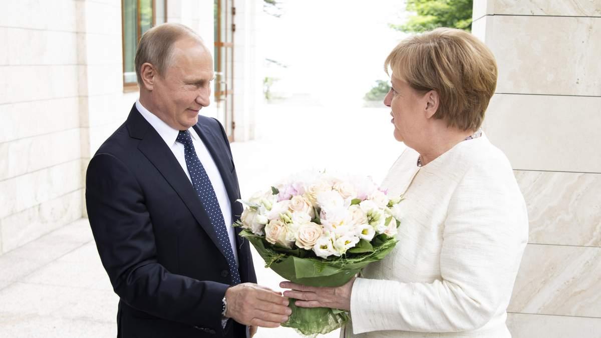 Путин подарил Меркель цветы во время встречи