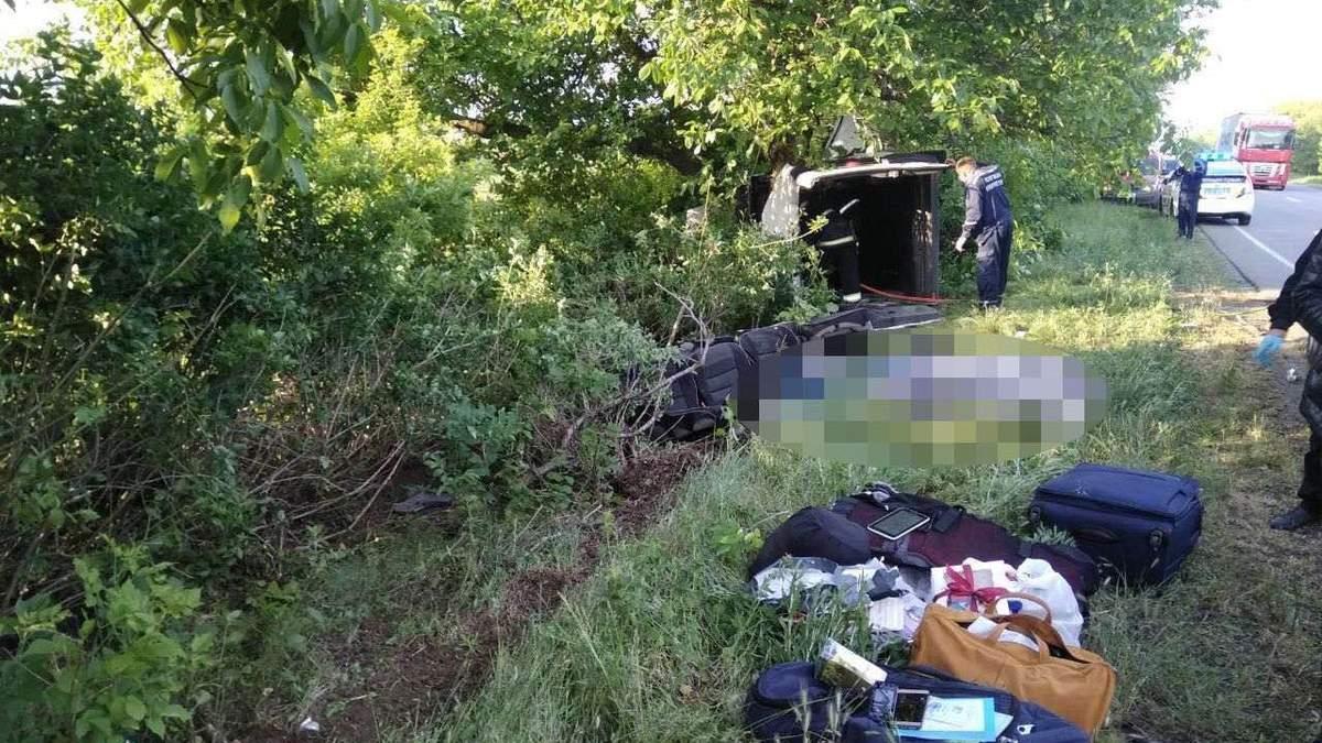 Пасажири мікроавтобуса, який перекинувся на Миколаївщині, розповіли подробиці смертельної ДТП