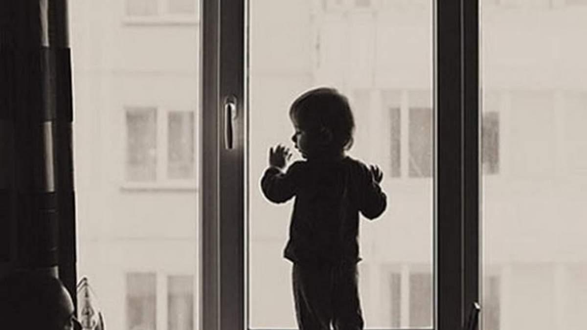 У Дніпрі 3-річна дівчинка випала з вікна п'ятого поверху просто на очах у мами