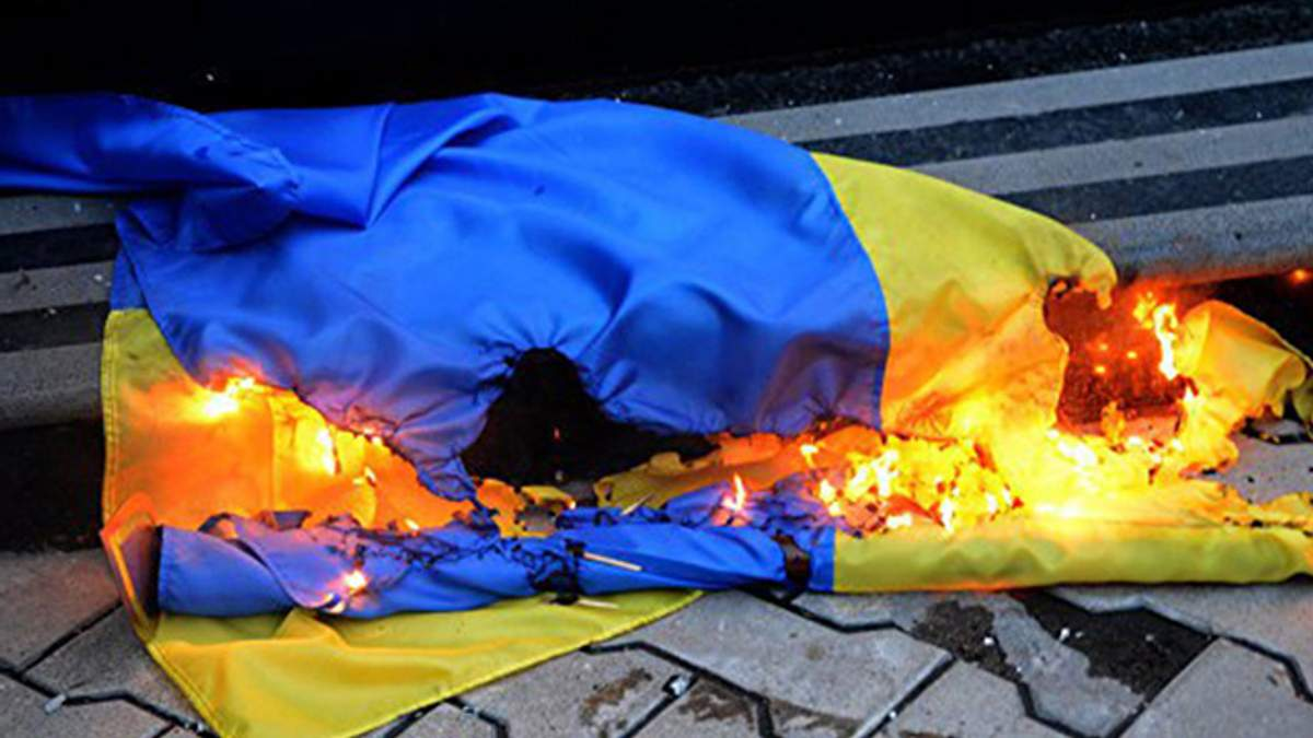 На Львовщине мужчина сжег флаги Украины: злоумышленник задержан