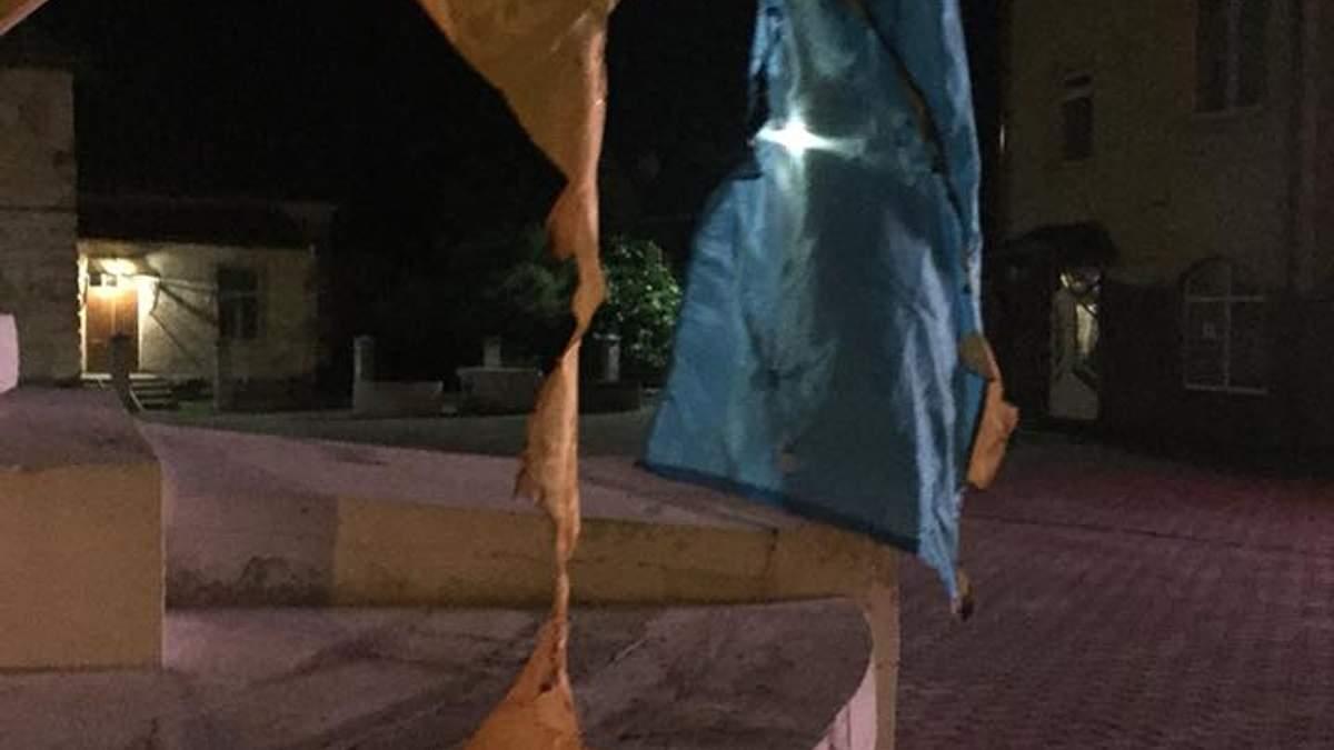 Чоловік, який палив державні прапори в Городку, пояснив свій вчинок