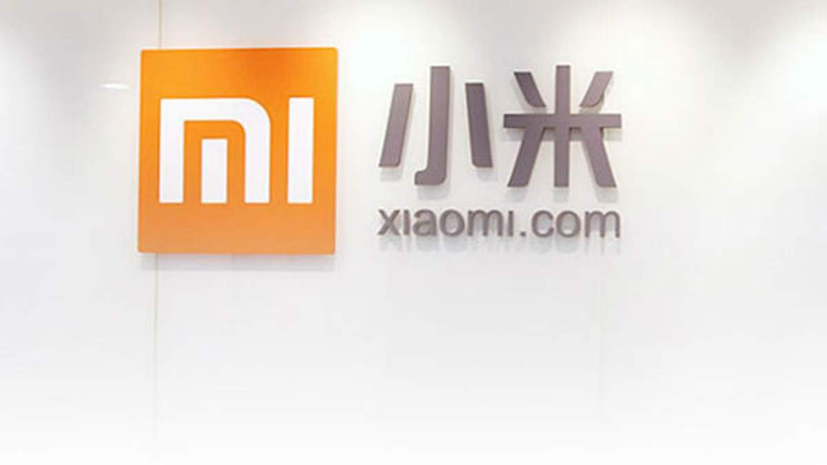 Фото смартфона Xiaomi  Mi 8 та фітнес-трекера Mi Band 3
