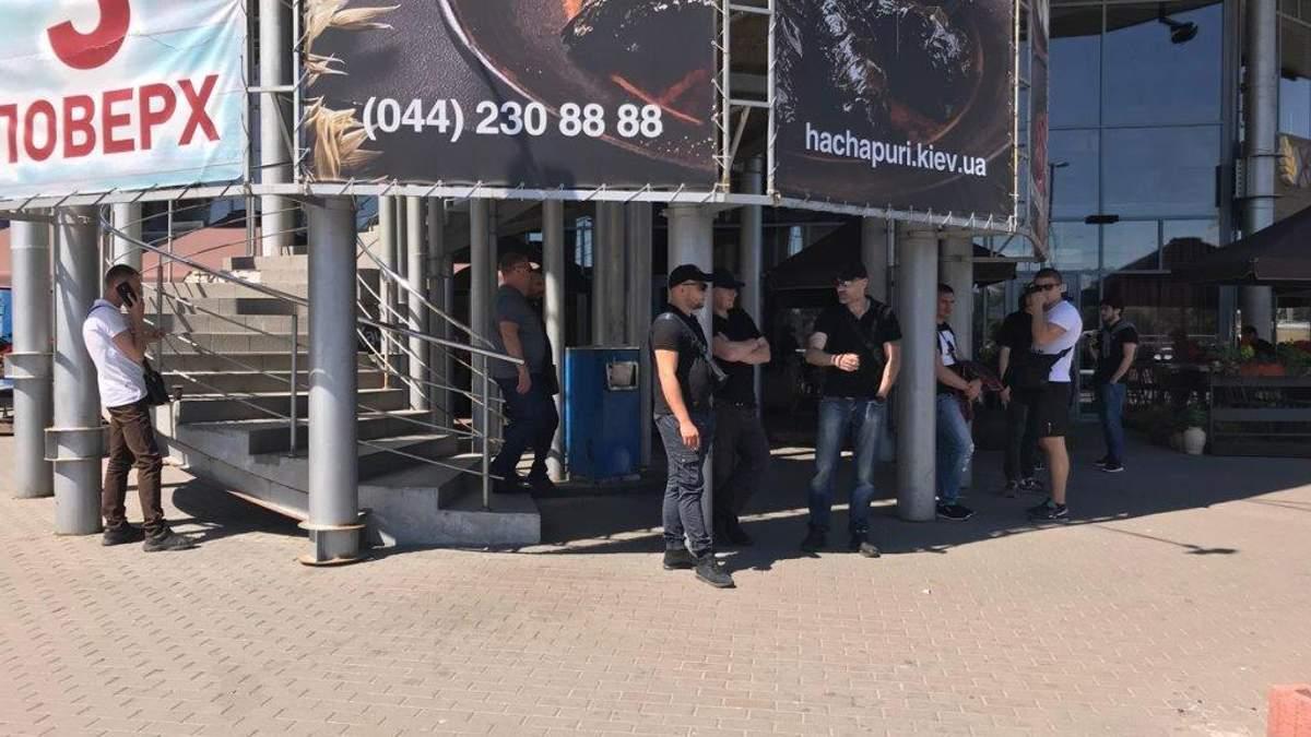 """У Києві """"тітушки"""" заблокували торговий центр: подробиці інциденту"""