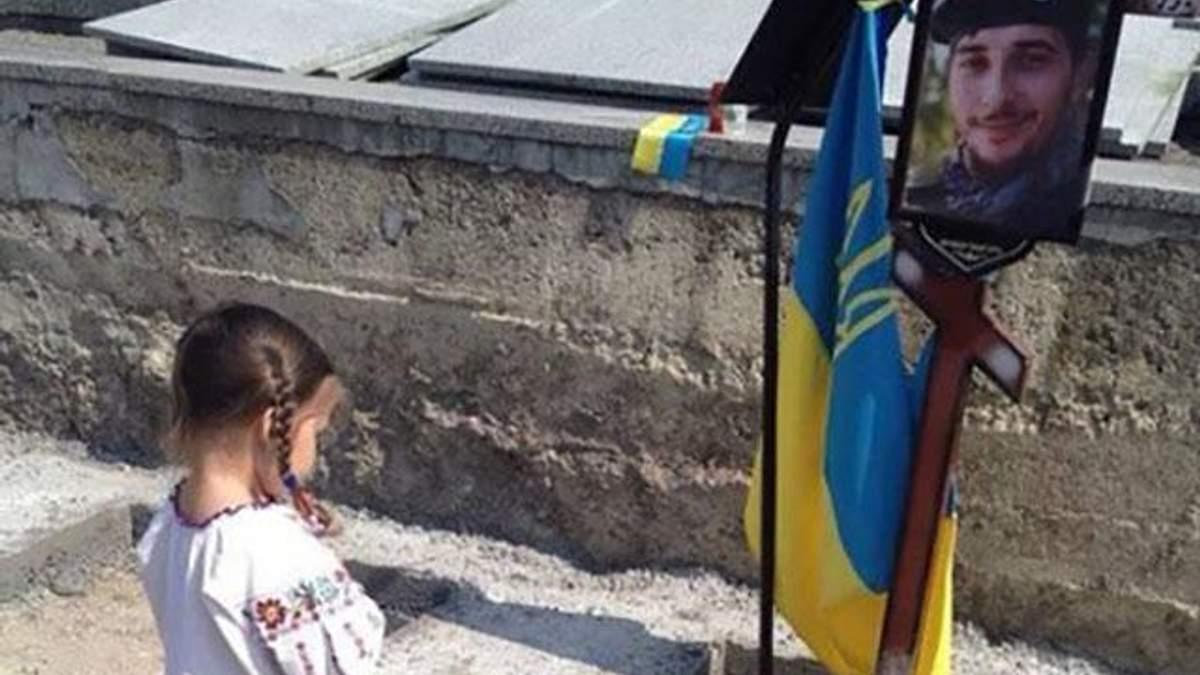 Мережу зворушило фото Устини Гурняк біля могили батька