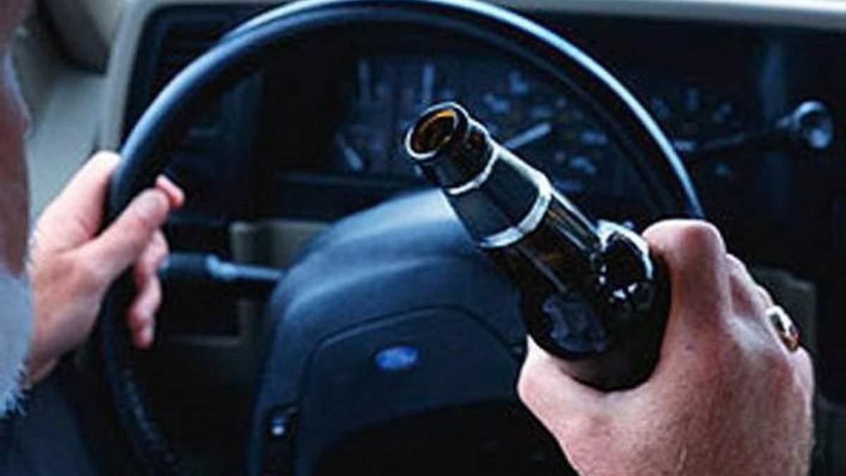 """На трассе """"Киев – Одесса"""" пьяный водитель бросался в патрульных бутылками"""