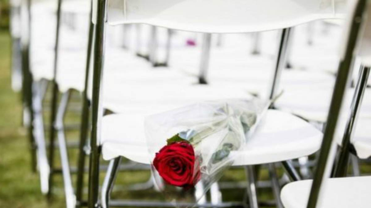 Родичі жертв МН17 поклали червоні троянди на 298 білих крісел під посольством Росії: фото