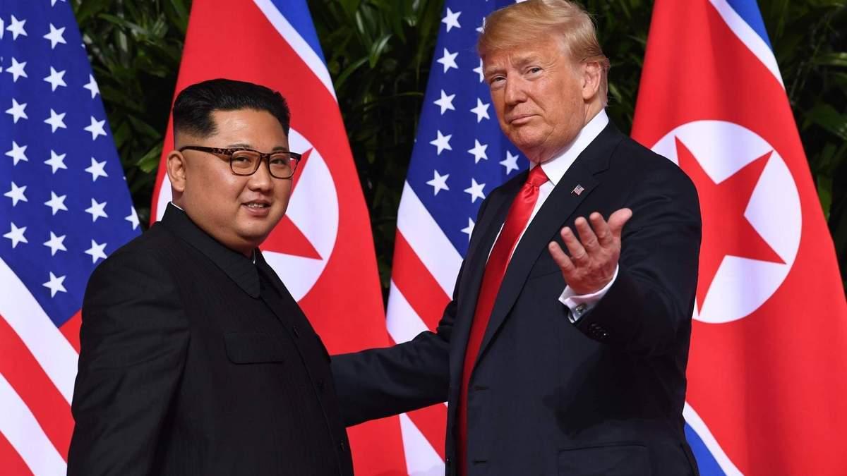 Дональд Трамп та Кім Чен Ин вперше особисто зустрілися: перші фото та відео