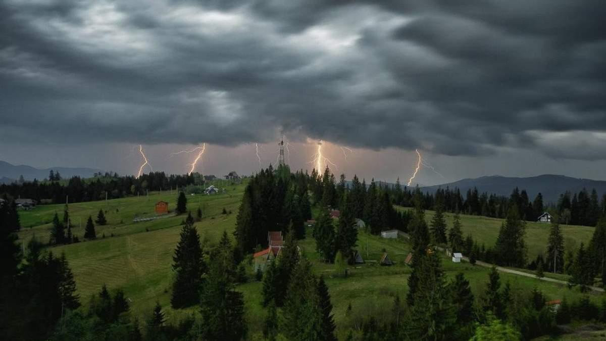 Буревій та сильні зливи: негода наробила лиха на заході України