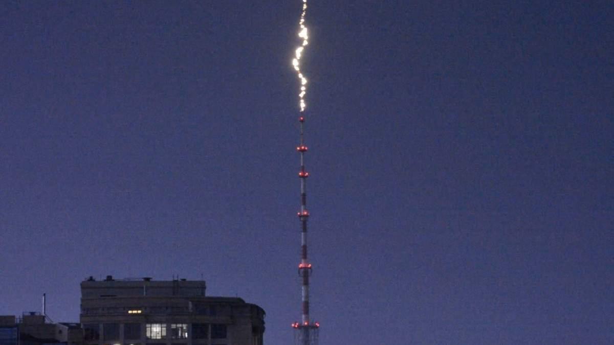 В сети опубликовали момент попадания молнии в Дорогожицкую телебашню
