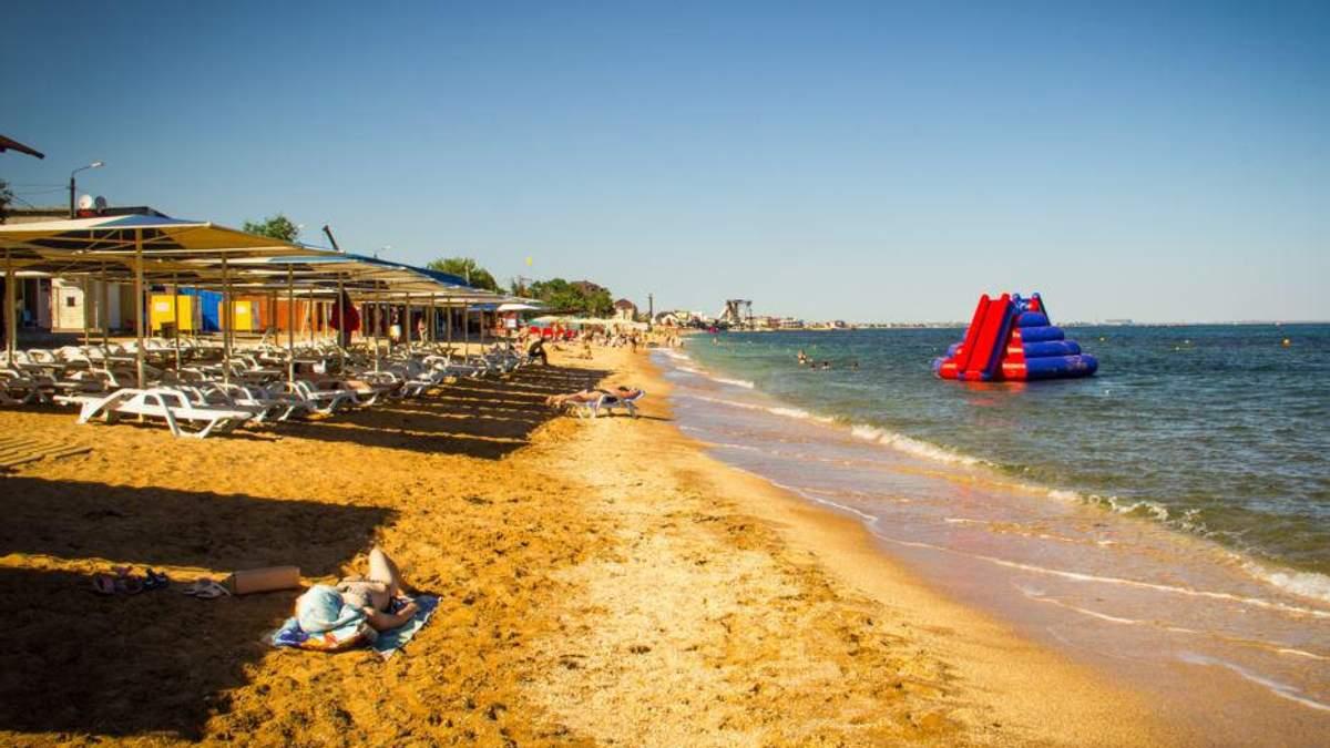 Напівпустий пляж в окупованій Феодосії в Криму