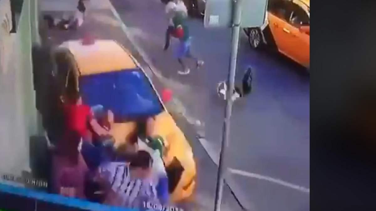 В центре Москвы такси въехало в толпу прохожих, есть пострадавшие иностранцы: резонансное видео