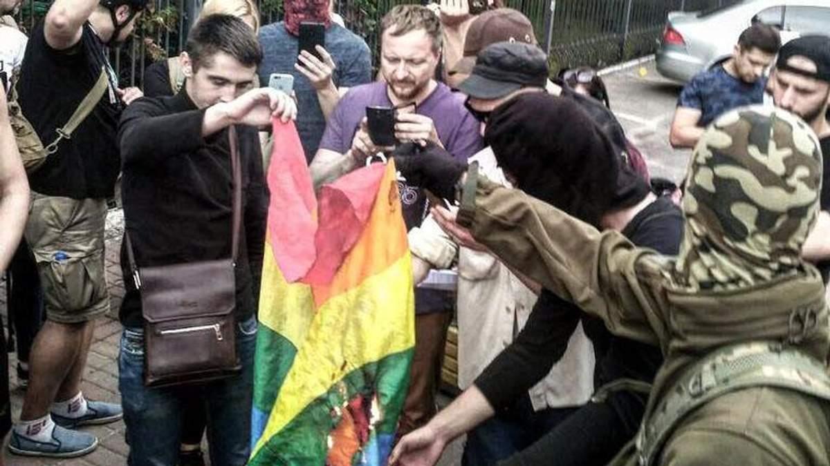 В Киеве пикетчики сожгли флаг ЛГБТ-сообщества