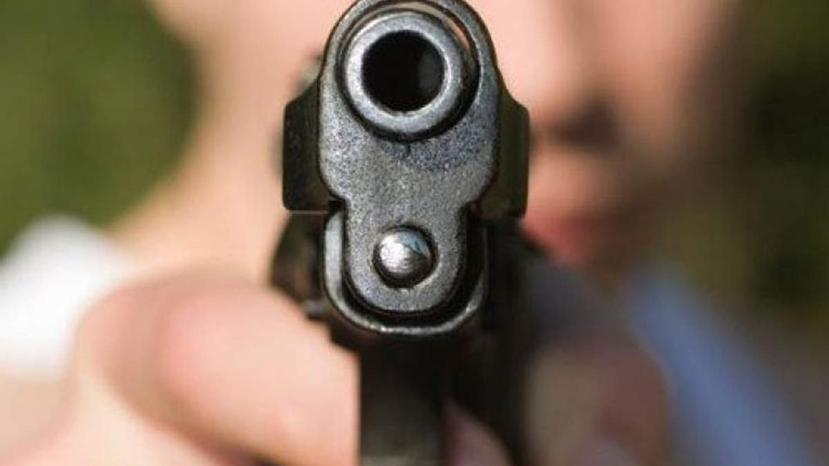 16 июня на одной из центральных улиц Павлограда мужчина выстрелил из пистолета в лицо полицейскому