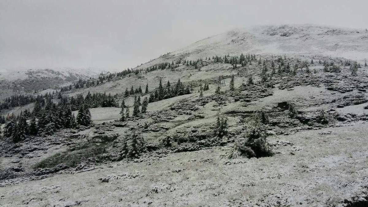 Поблизу гори Близниця на гірськолижному курорті Драгобрат шар снігу досяг кілька сантиметрів завтовшки