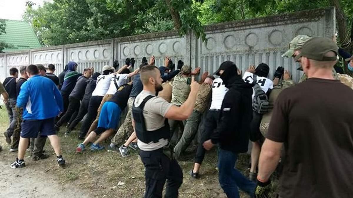 Члени С14 знесли паркан у Конча-Заспі: на місце прибула поліція (фото)