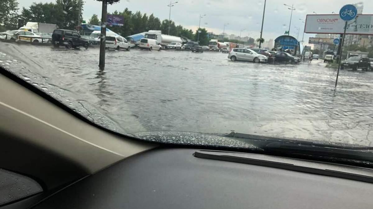Потужна злива у Києві: автівки плавають по затоплених вулицях (відео)