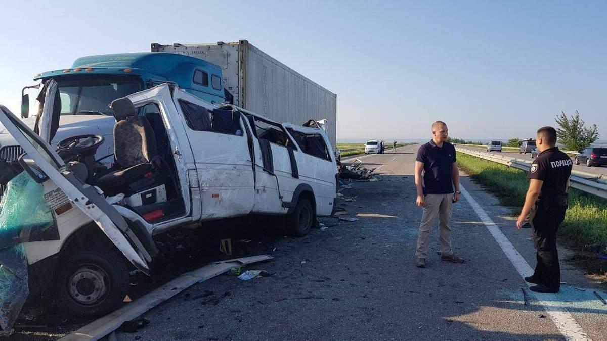 В результате столкновения микроавтобуса и грузовика на Николаевщине погибли 5 человек и пострадали: все - граждане Беларуси