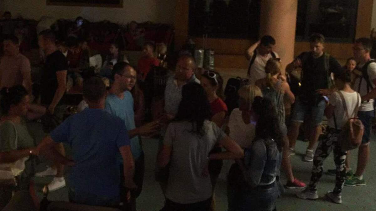 """""""Мучимося, без води, без грошей"""": українці знову застрягли у Єгипті через поломку літака"""