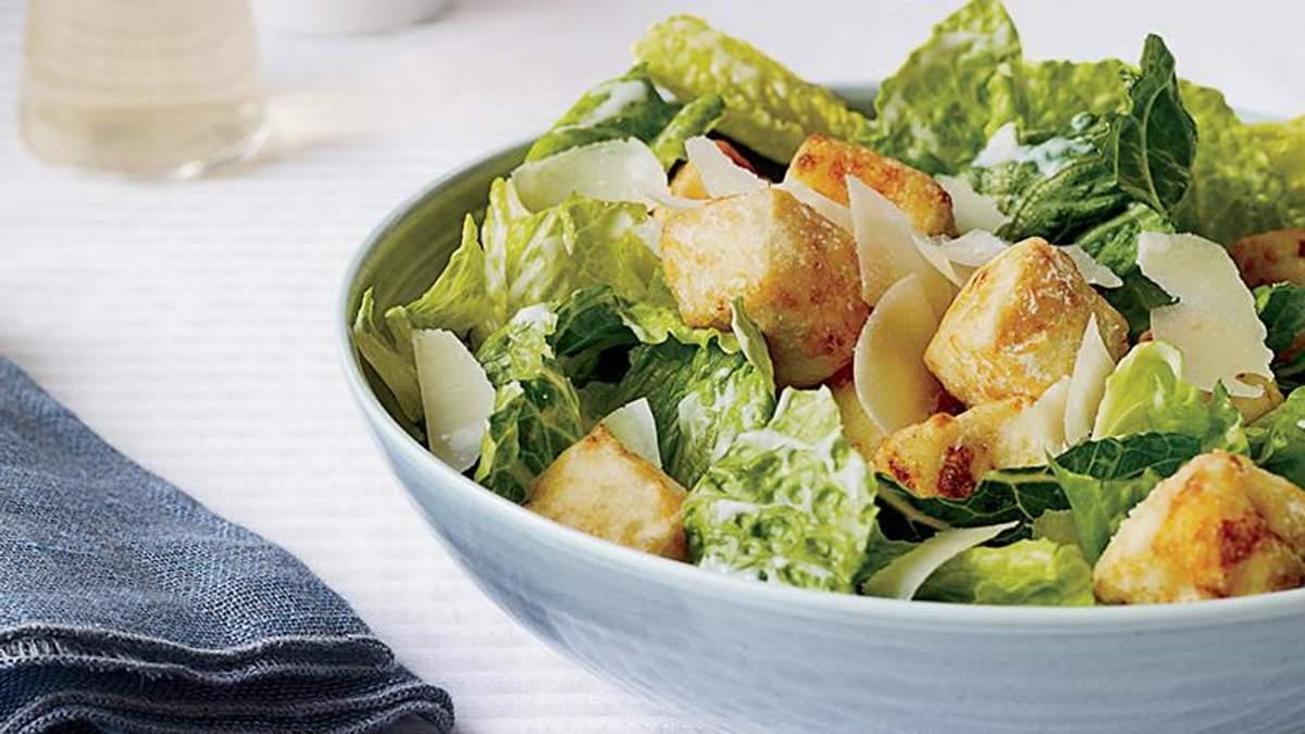 Салат Цезарь - классический рецепт приготовления салата Цезарь с курицей и сухариками