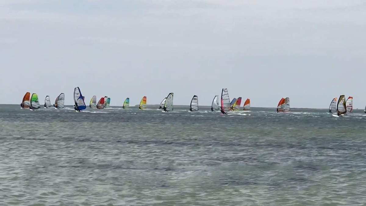 Морське узбережжя Херсонщини заполонили шанувальники екстриму