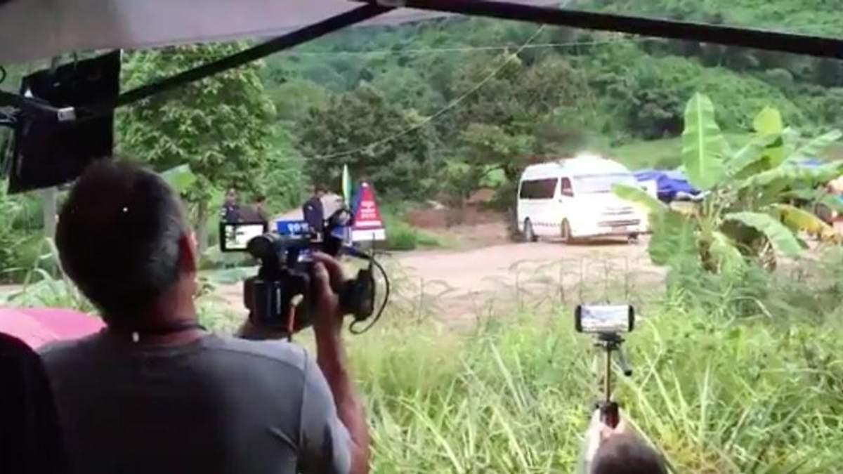 У Таїланді вже врятували восьмеро дітей з печери: з'явилися перші відео