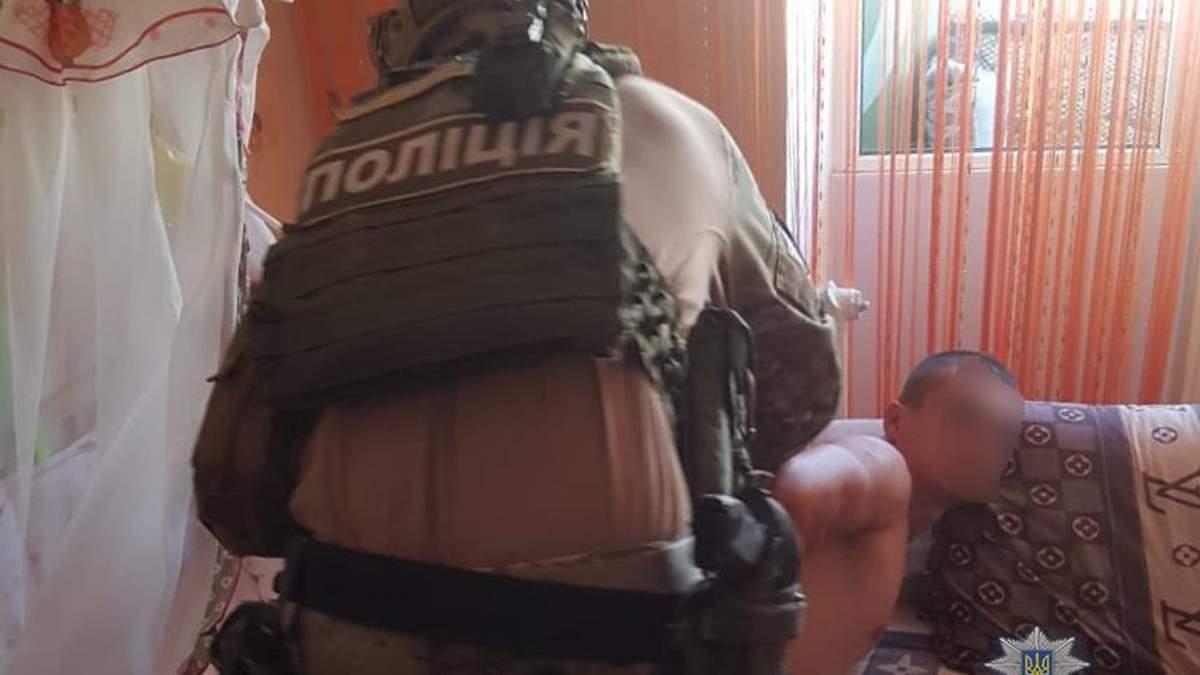 Поліція спіймала чоловіка, який використовував свою 8-місячну доньку для створення порно: фото