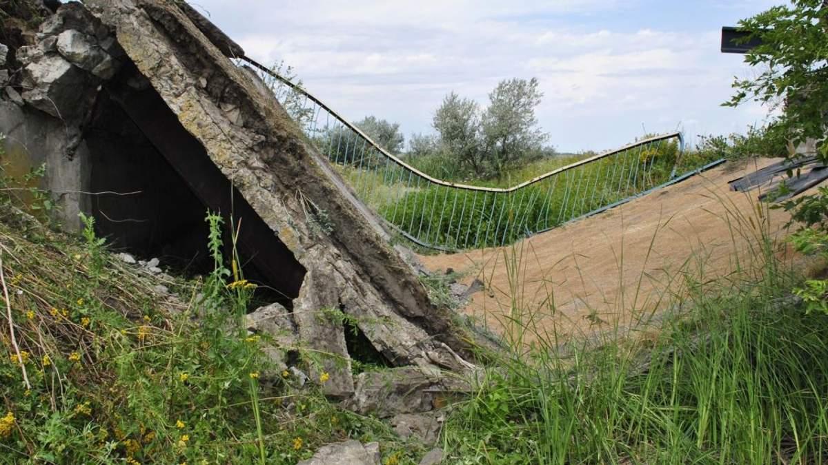 Поблизу Дніпра під вантажівкою з зерном розламався навпіл міст: фото