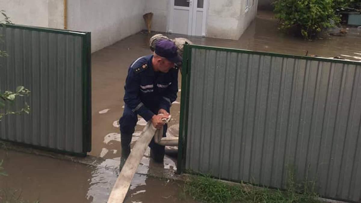 Рятувальники відкачали 400 кубометрів води із прибудинкових територій