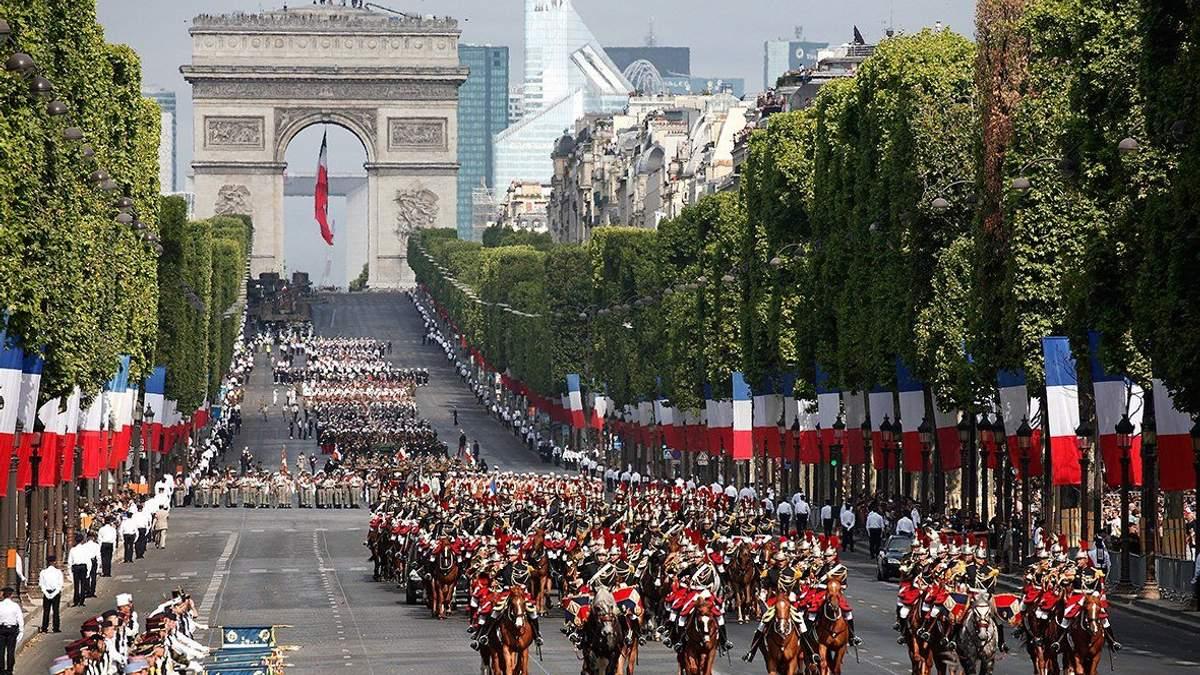 В Париже во время военного парада столкнулись два полицейских мотоцикла