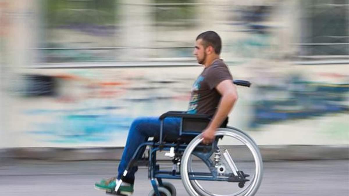Кабмін дозволив людям на візках їздити проїжджою частиною нарівні з автомобілями