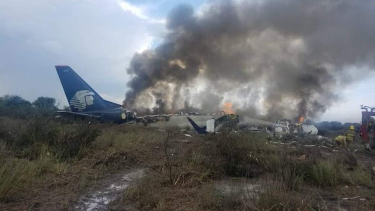 З'явилось відео із салону пасажирського літака, який розбився у Мексиці