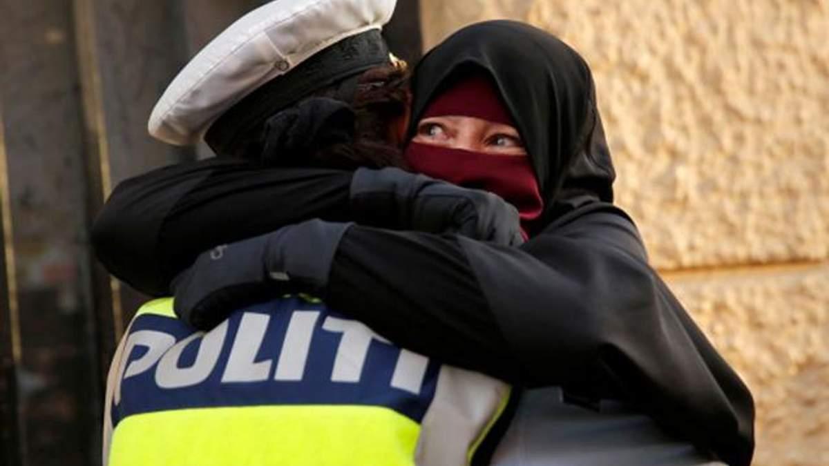 В Дании полицейская обняла мусульманку на демонстрации против запрета на ношение никабов