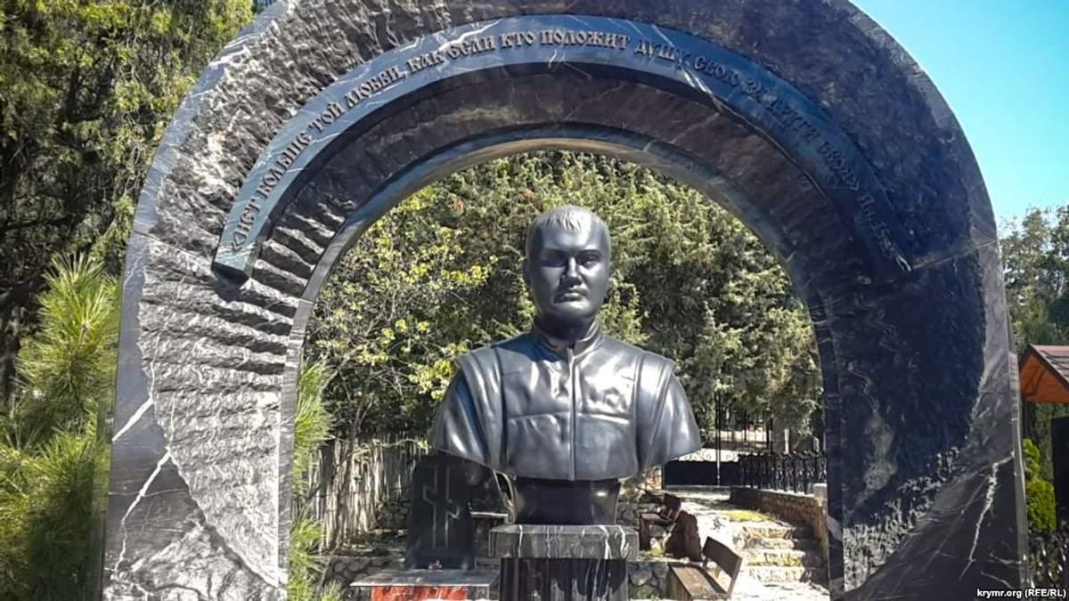 На кладбище в Севастополе появился бюст Виктора Януковича-младшего