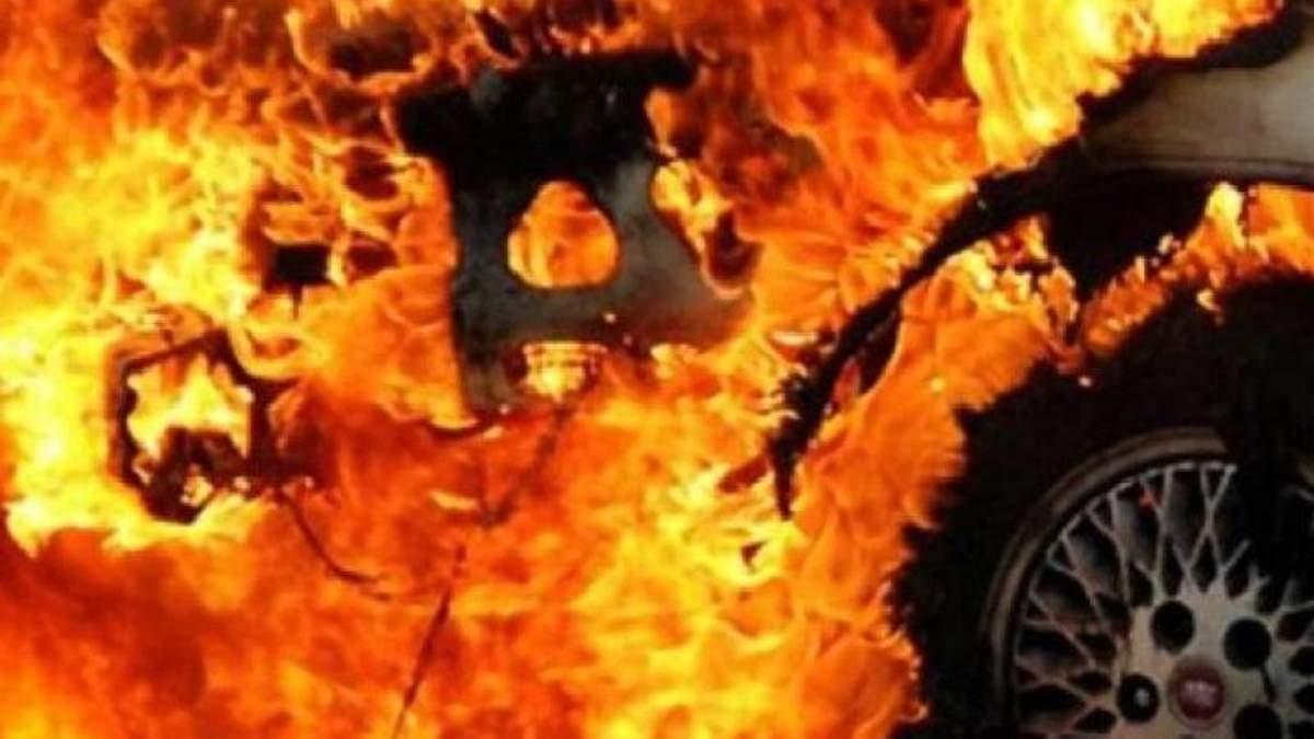 В результате возгорания автомобиля мужчина получил ожоги второй степени