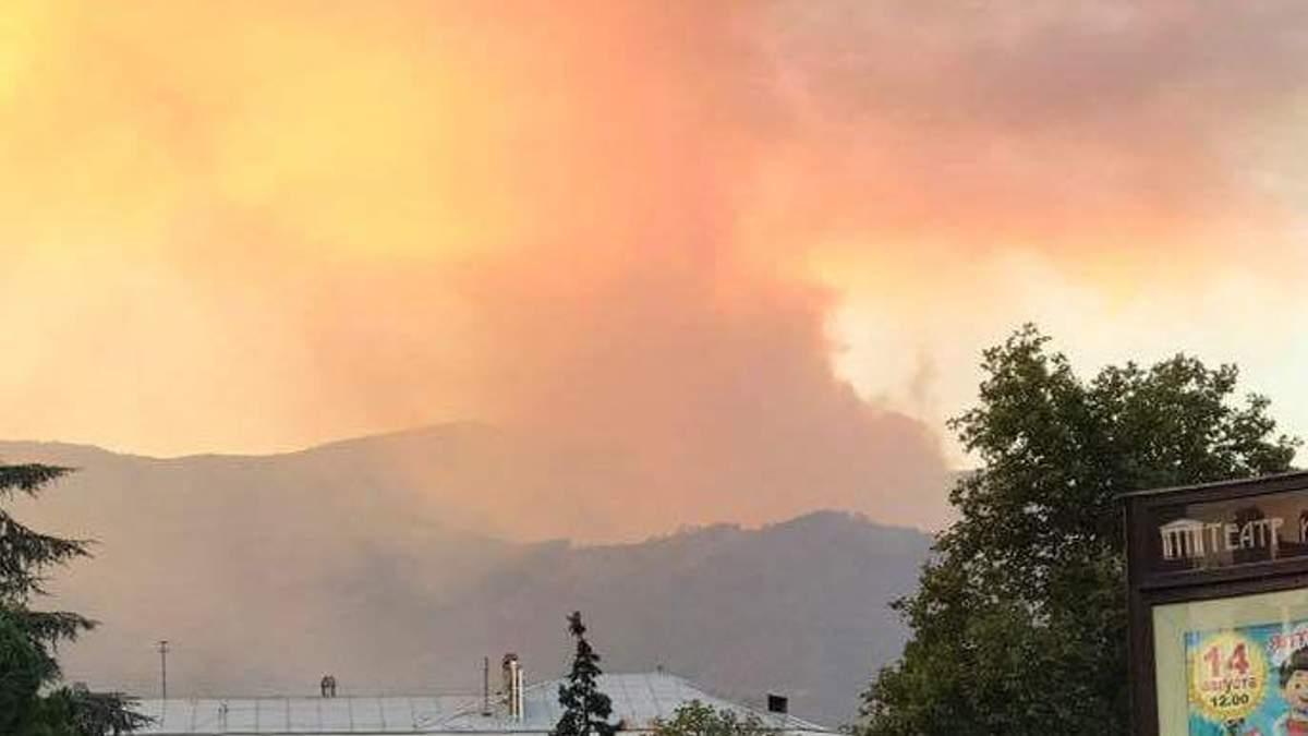 Окупований Крим охопила масштабна лісова пожежа: фото і відео