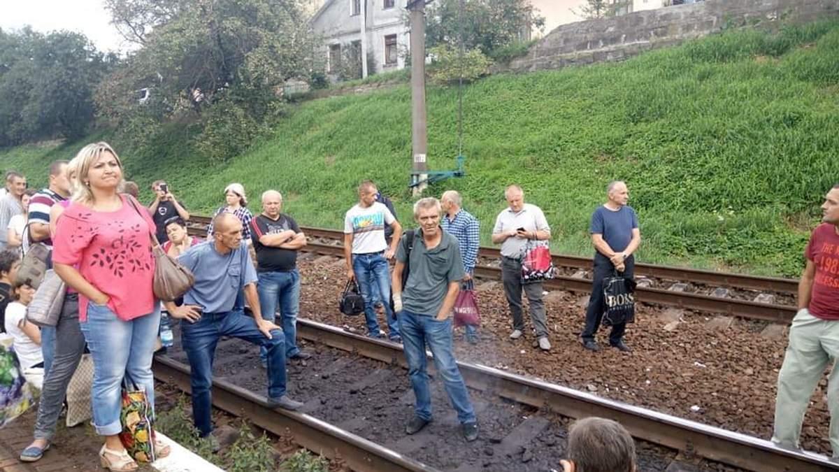 """На Львіщині люди перекрили колію на станції """"Підзамче"""""""