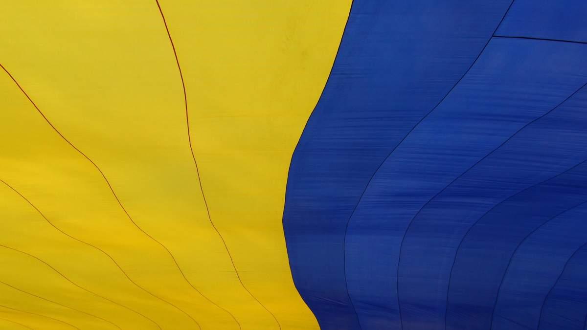 Священний оберіг і символ єдності: Порошенко з Дніпра привітав українців з Днем прапора