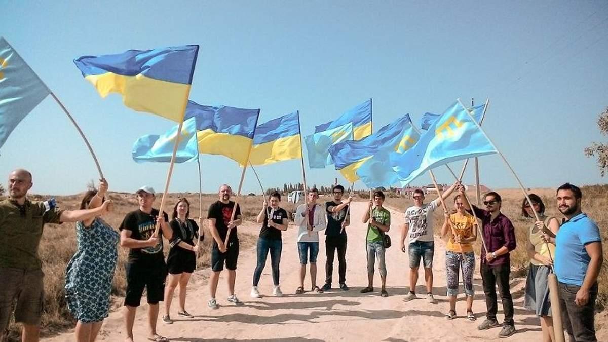 В День Независимости Украины на админгранице с оккупированным Крымом провели трогательную акцию
