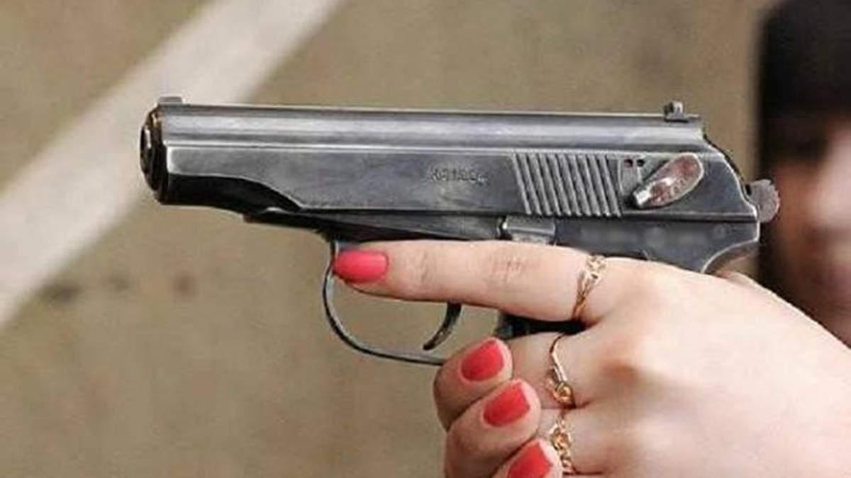 """В Одесі дівчина влаштувала стрілянину біля """"МакДональдса"""""""