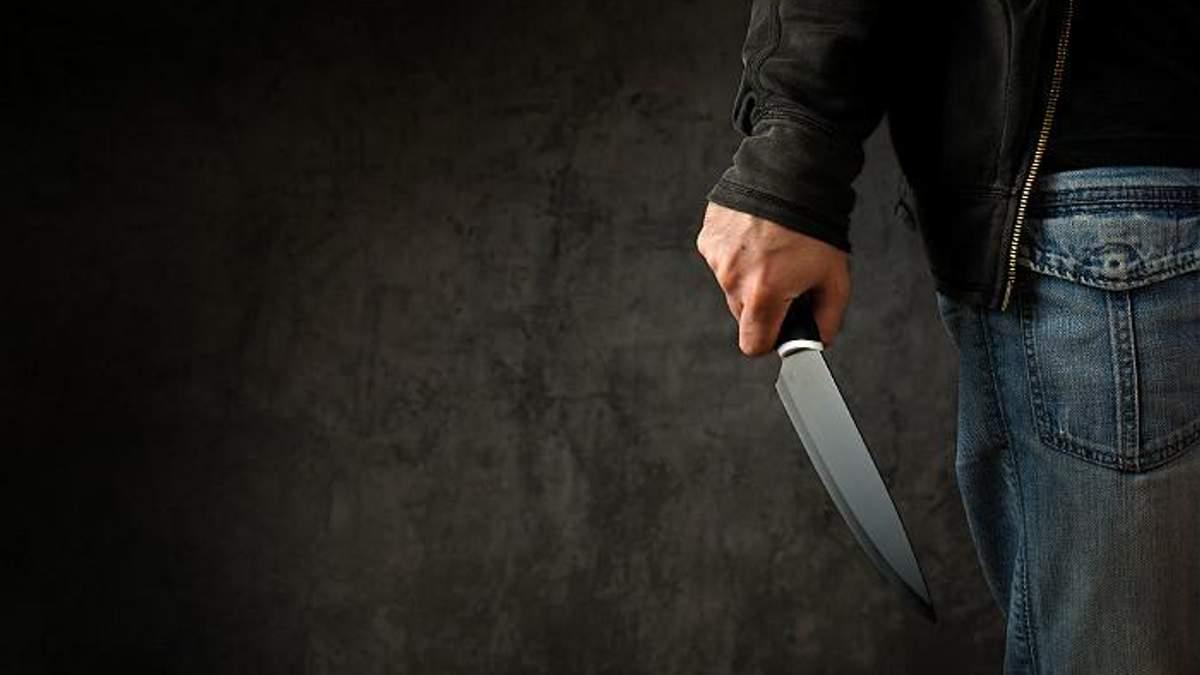 У метро Харкова чоловік поранив ножем жінку