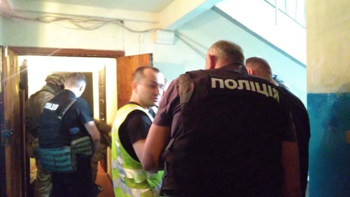 Правоохоронцям довелося штурмом брати квартиру