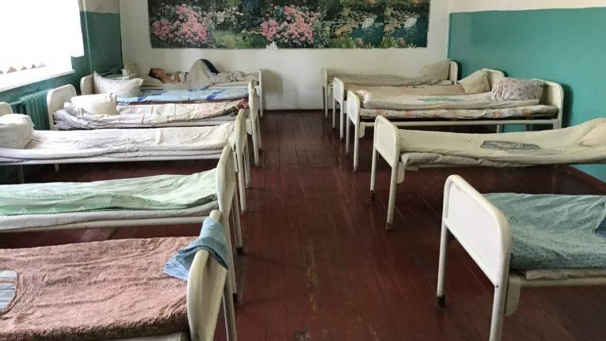 Жахливі умови у психлікарні на Чернігівщині: пацієнтів прив'язують, одяг – один на всіх