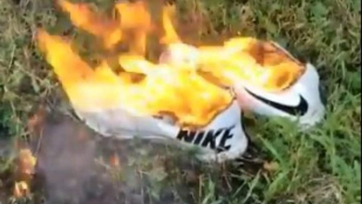 Американці масово спалюють кросівки Nike