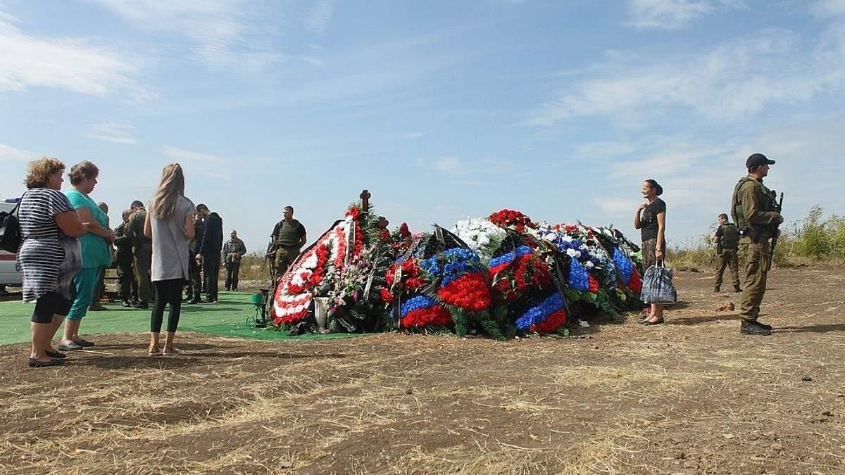 """В сети высмеяли """"одинокую"""" могилу Захарченко"""