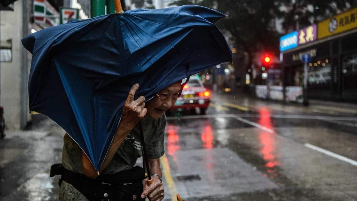 """Нищівний тайфун """"Мангхут"""" дійшов до Китаю: евакуйовані вже півмільйона людей"""