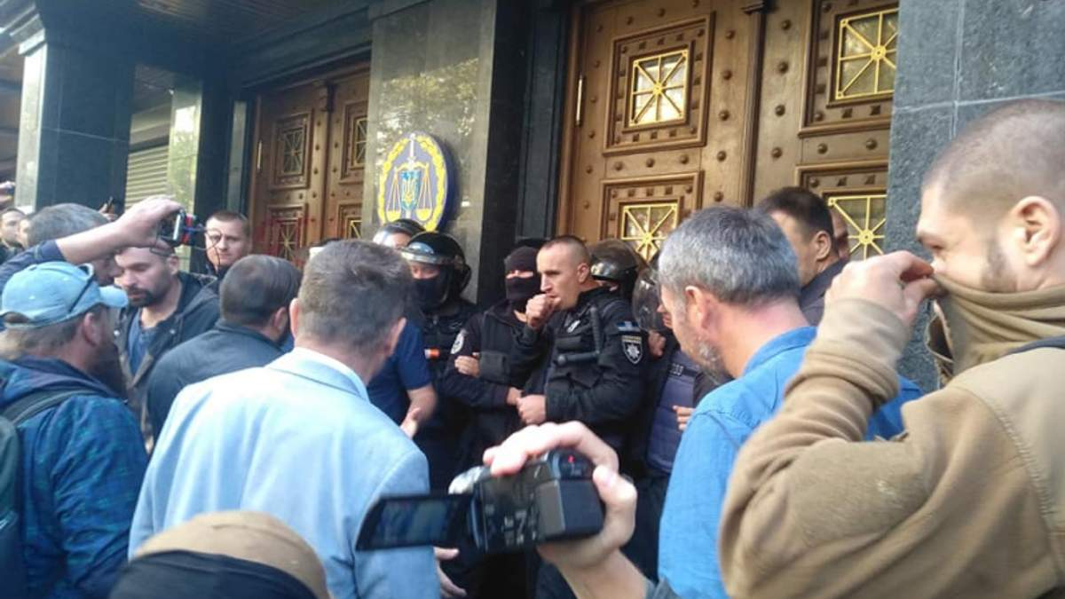 Под зданием ГПУ проходит пикет: произошли столкновения