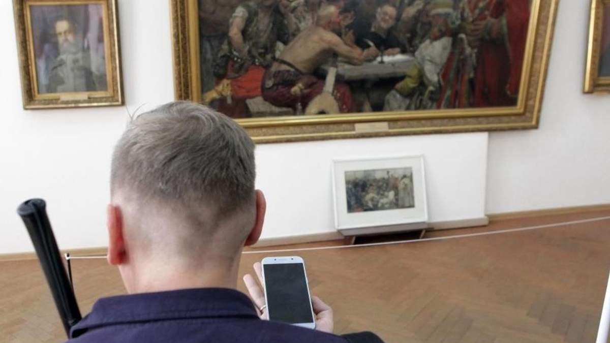 """Аудиогиды для незрячих: в Харькове картины сделали """"видимыми"""" на слух"""